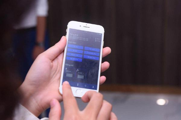 Khách hàng thử cài đặt kịch bản trên App Sunshine Home cho căn hộ