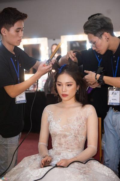 Linh Rin, Cao Thái Hà được chăm chút kỹ trước catwalk