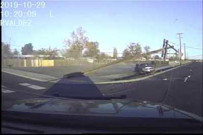 Ô tô chạy trốn cảnh sát, đâm cột điện, gây cháy nổ liên tiếp