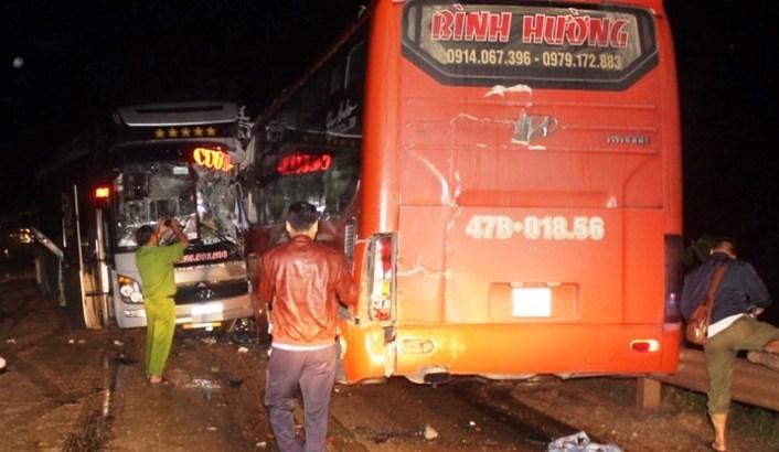 3 xe khách đâm nhau nát đầu ở đường Hồ Chí Minh, nhiều hành khách bị thương