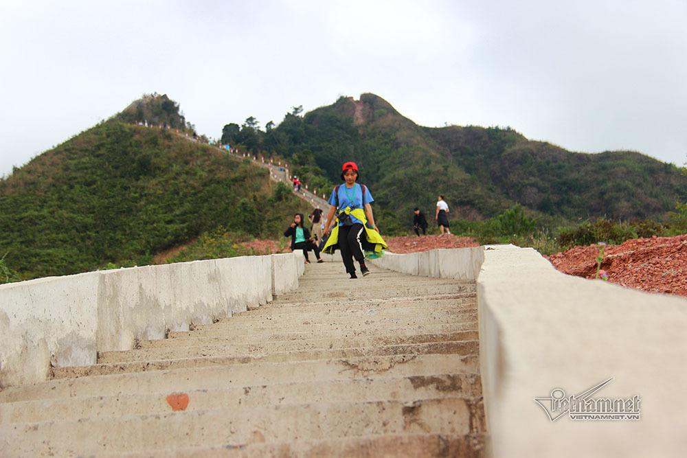Chinh phục 'sống lưng khủng long' và cột mốc biên giới cao nhất Quảng Ninh