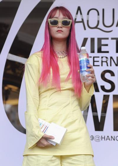 Tóc lạ siêu sắc màu giật giải Tuần lễ thời trang Aquafina