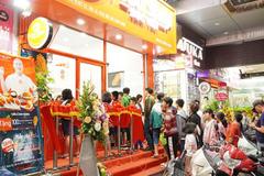 Xếp hàng dài thưởng thức món ngon vị Hàn ở Đức Việt Food shop