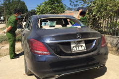 Xe Mercedes biển Hà Nội bị đập phá bỏ lại ven đường ở Yên Bái