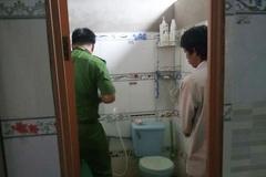 Mẹ mải việc, bé gái 3 tuổi chết trong nhà vệ sinh khi đi học về
