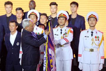 Quang Hải, Duy Mạnh nhận quà quý trước khi cùng ĐTVN đấu UAE, Thái Lan