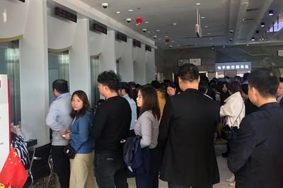 Người dân đổ xô rút tiền vì tin ngân hàng sắp phá sản ở Trung Quốc