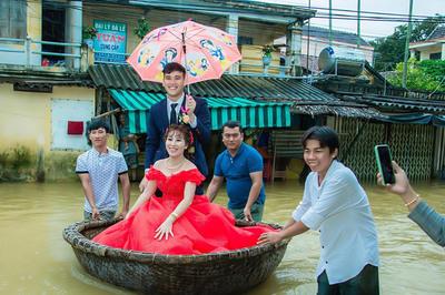 Cưới ngày mưa bão, chú rể Quảng Ngãi đón dâu bằng thuyền thúng