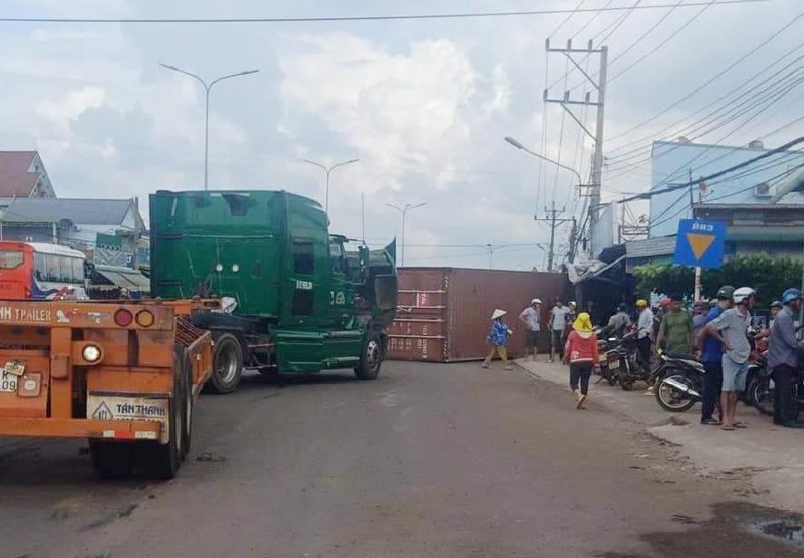 Thùng xe container rơi, đè chết người đi xe máy ở Bình Phước