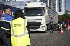 Pháp phát hiện hơn 30 người nhập cư trốn trong xe tải