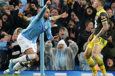 """Man City nhọc nhằn giành 3 điểm nhờ...""""Người đi bộ"""""""