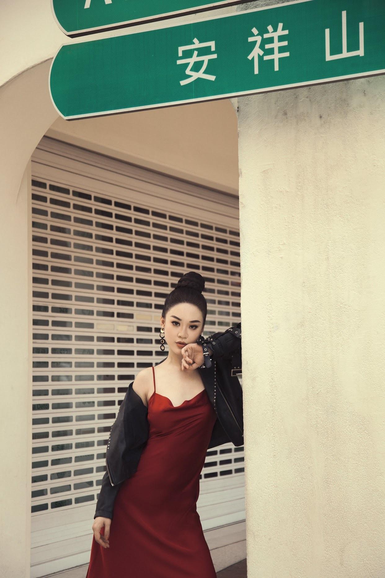 Hoàng Hải Thu cực chất trên con phố nổi tiếng ở Singapore