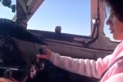 Hoang mang cảnh phi công 'nhường' người đẹp lái máy bay