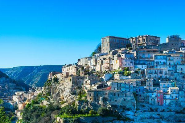 Thị trấn Italia cho không nhà, thưởng tiền cho cư dân mới