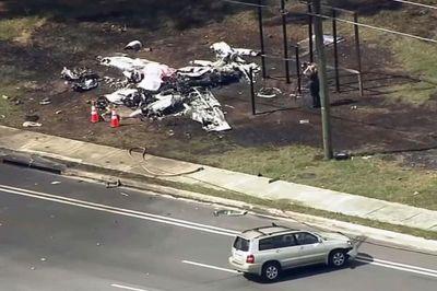 Máy bay lao vào ô tô trên đường cao tốc khiến hai người thiệt mạng