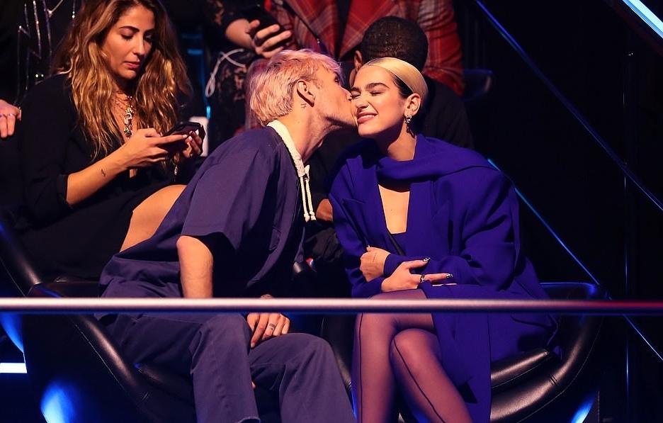Dua Lipa mặc cut-out quá táo bạo trên sân khấu lễ trao giải MTV châu Âu
