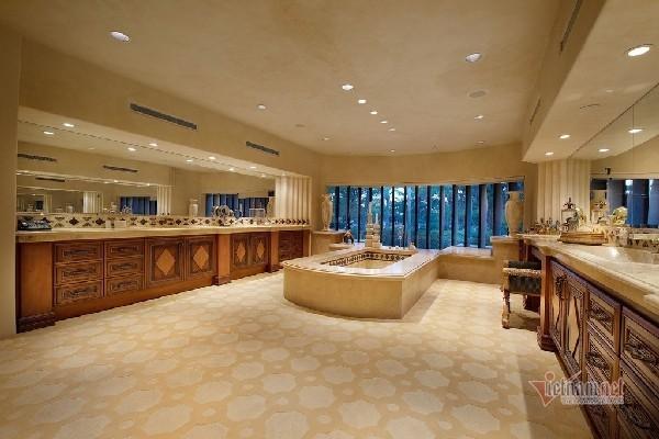 Bên trong biệt thự sang trọng ở Las Vegas có thác nước, bãi biển nhân tạo
