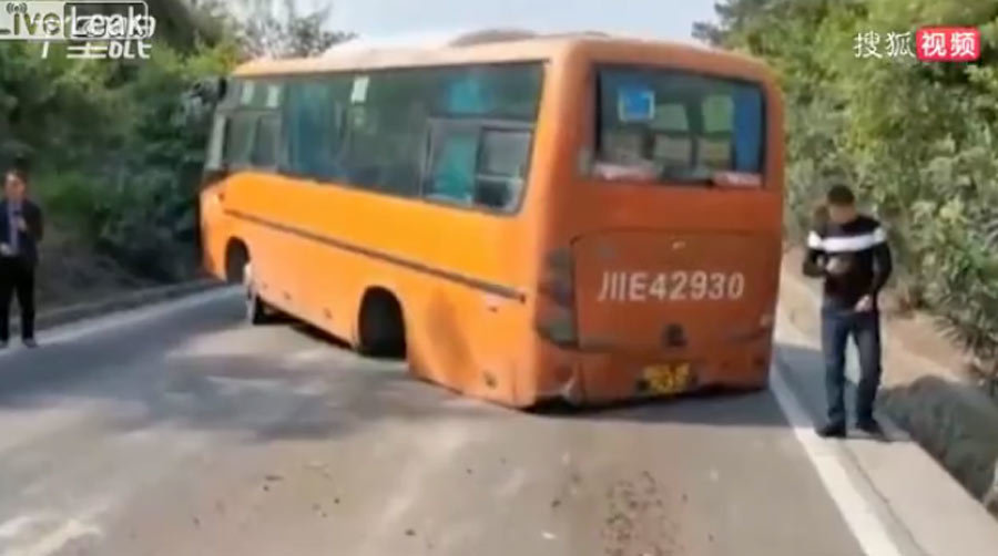 Hãi hùng cảnh xe buýt rơi cả trục bánh khi đang chạy bon bon