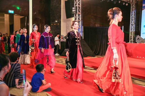 Diwali Night,fashion show,InCham,Indian and Vietnamese models,entertainment news,what's on,Vietnam culture,Vietnam tradition,vn news,Vietnam beauty,Vietnam news,vietnamnet news,vietnamnet bridge,Vietnamese newspaper,Vietnam latest news,Vietnamese newspape