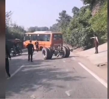 Xe buýt bất ngờ rơi trục bánh sau khi đang di chuyển trên đường
