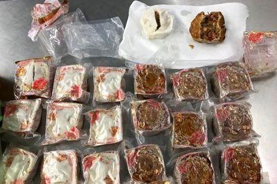 Mang bánh nhân thịt lợn vào Úc, 1 người Việt bị trục xuất