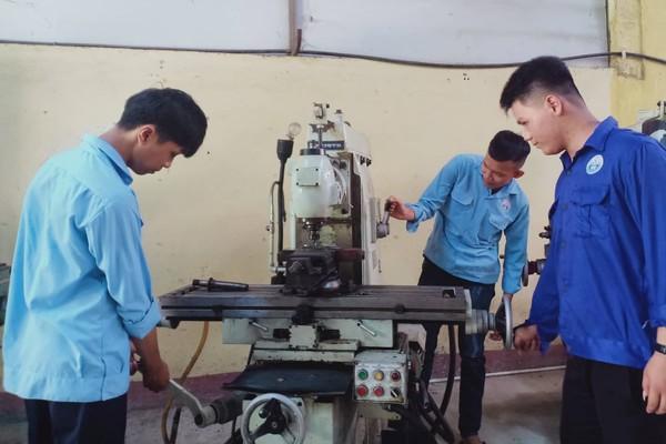 Nhiều học sinh miền núi ở Huế bỏ đi rừng để học nghề