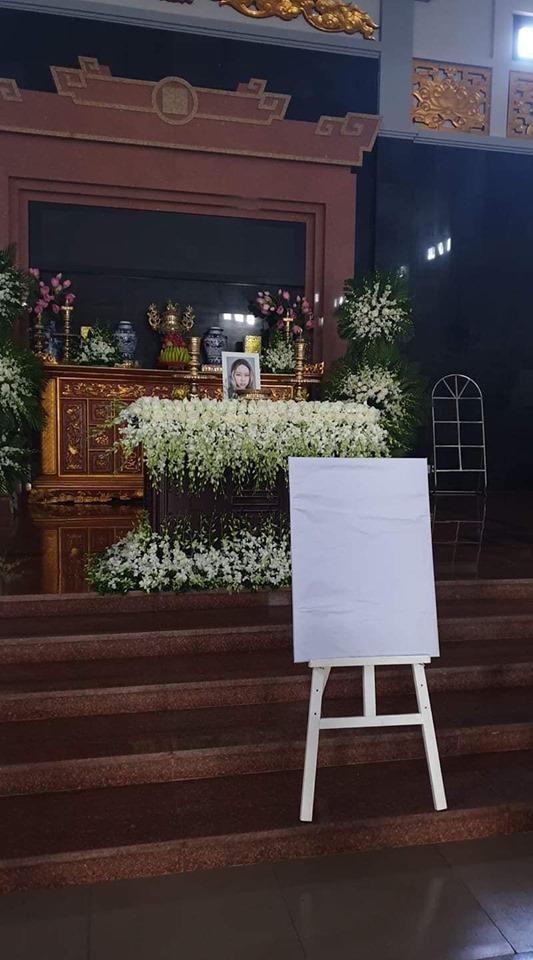 Hoa trắng tiễn đưa con gái đạo diễn 'Những ngọn nến trong đêm'