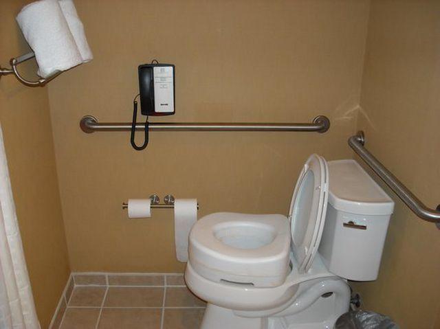Tại sao các khách sạn hạng sang luôn có điện thoại trong phòng tắm?