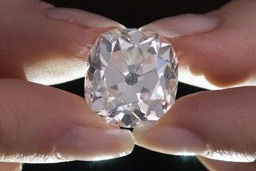 Mua nhẫn cũ 300.000 đồng ở chợ trời, 40 năm sau mới biết kim cương vài chục tỷ