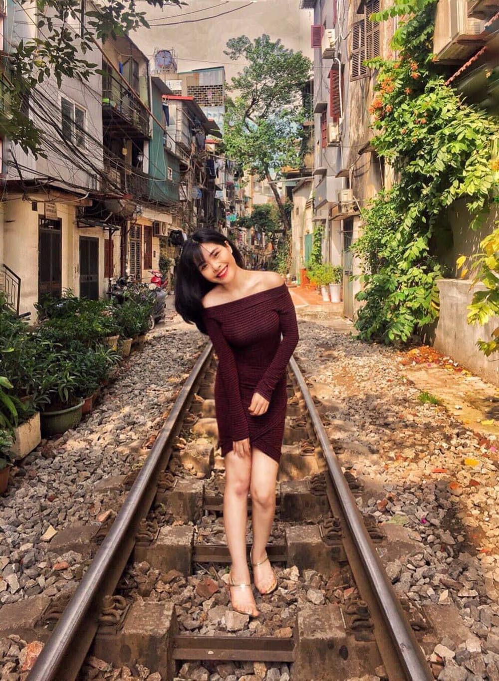 Cô gái Hà Nội xinh đẹp nhận chăm sóc bé gái ốm đau