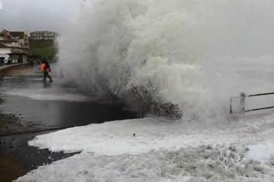 Thót tim nhìn sóng lớn lôi người từ trên bờ xuống biển