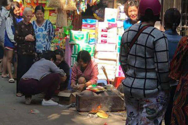 Phát hiện thi thể bé mới sinh trong thùng rác ở Hà Nội