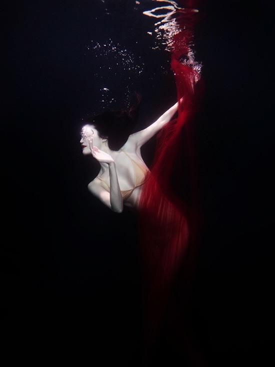 Siêu mẫu nội y khoe dáng nóng bỏng dưới nước