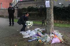 Thứ trưởng Ngoại giao làm việc với Bộ Nội vụ Anh, đặt hoa tưởng niệm 39 nạn nhân