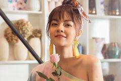 Phạm Quỳnh Anh hóa gái ế, tán tỉnh trai trẻ trong MV mới