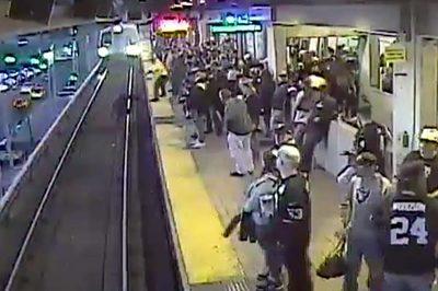 Nhân viên nhà ga nhanh như chớp cứu khách ngã trước mũi tàu