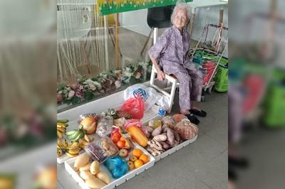 Tranh cãi quầy hàng rau củ của cụ bà 97 tuổi bán đắt mà vẫn đông