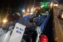 Thanh sắt nặng hàng tấn 'thổi bay' cabin xe đầu kéo, tài xế nguy kịch