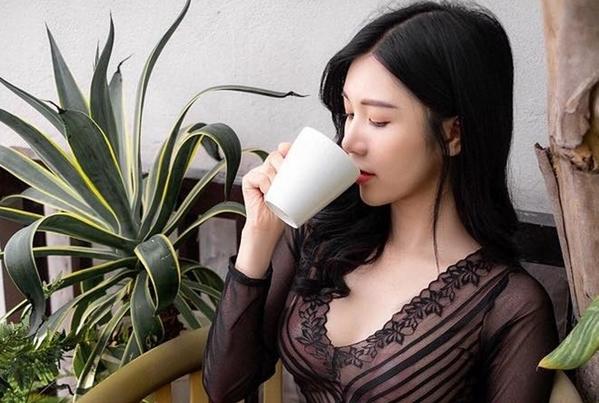 Thanh Bi gây tranh cãi vì mặc đồ xuyên thấu hở miếng dán ngực