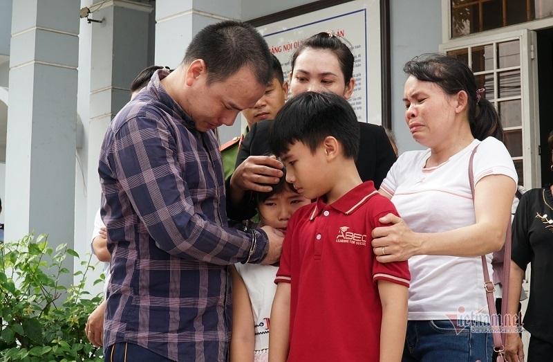 Tài xế xe container tông chết 5 người ở Tây Ninh ôm con khóc tại tòa