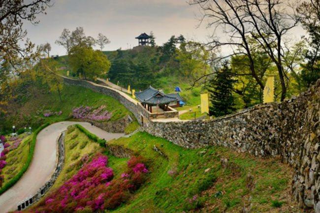 Photos of South Korea's Baekje Historic Areas on show in Hanoi