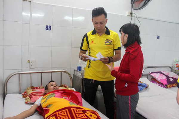 Volunteers offer helping hand to poor hospital patients