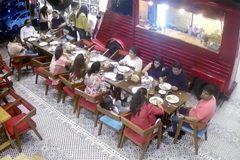 Chờ phục vụ lâu, khách vào tận bếp tấn công nhân viên nhà hàng
