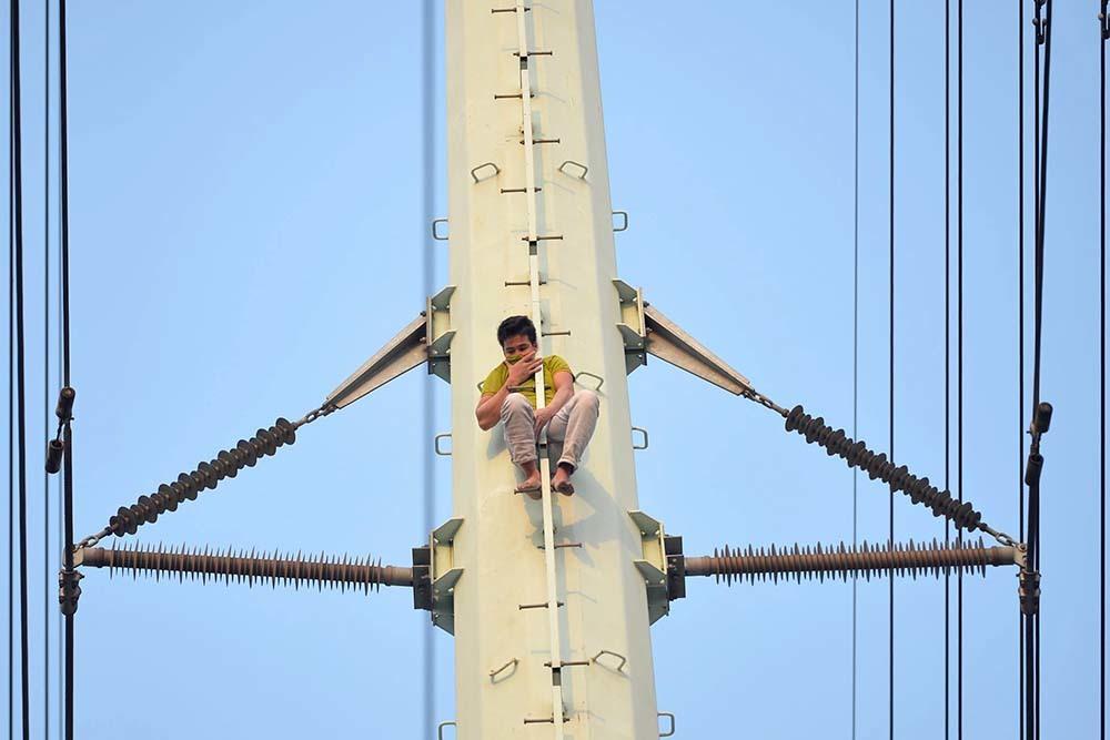 Thanh niên cố thủ trên cột điện cao thế, Hà Nội điều xe thang ứng cứu