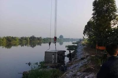 Xe tải lao xuống sông đè chết người chăn vịt ở Hải Phòng