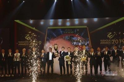 Quang Hải, Văn Quyết diện vest bảnh bao nhận cúp vô địch