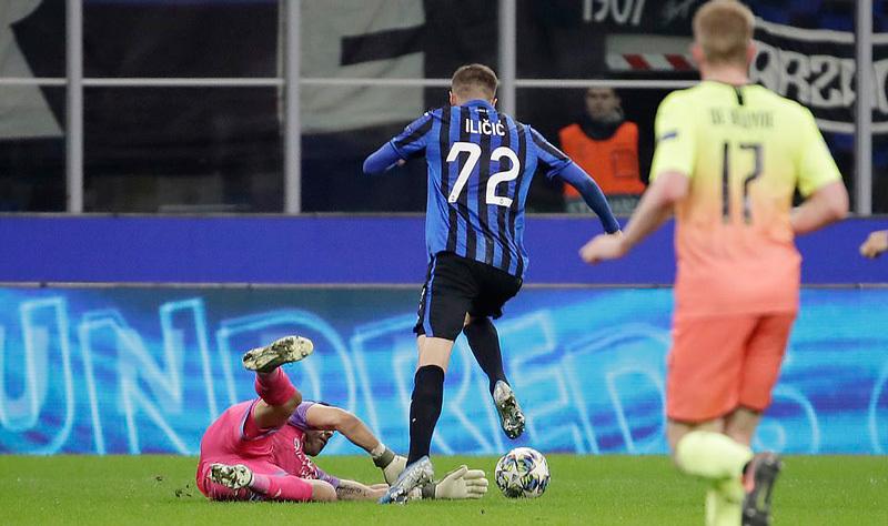 Kyle Walker thủ môn bất đắc dĩ, Man City cưa điểm Atalanta