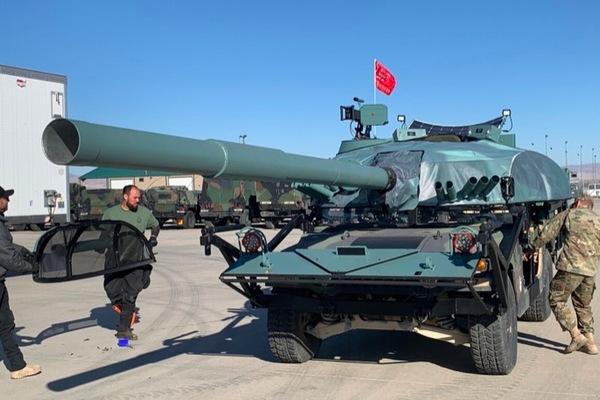 Hollywood giao hàng chục siêu xe tăng dởm cho quân đội Mỹ