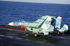 Màn hạ cánh lịch sử của tiêm kích bảo bối trên mẫu hạm Nga