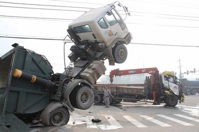 Xe ben chổng lên trời sau cú tông với xe tải ở Bình Dương